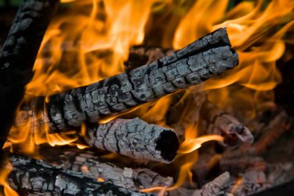Brænde i flammer - Istockphoto