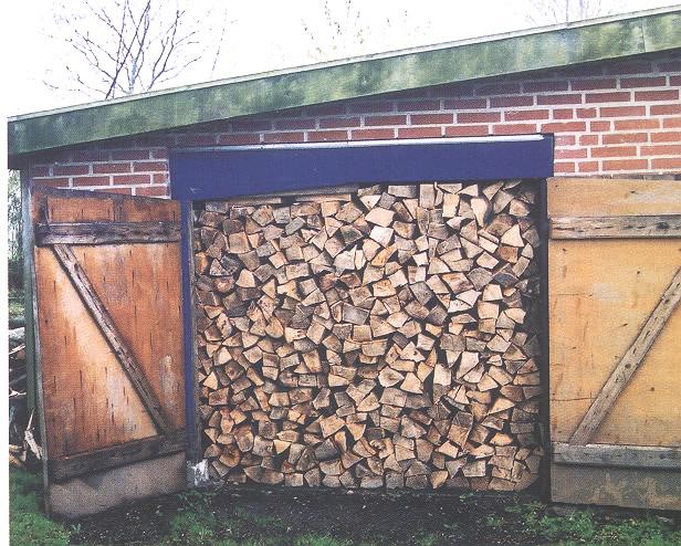 Brændestak op ad husmur