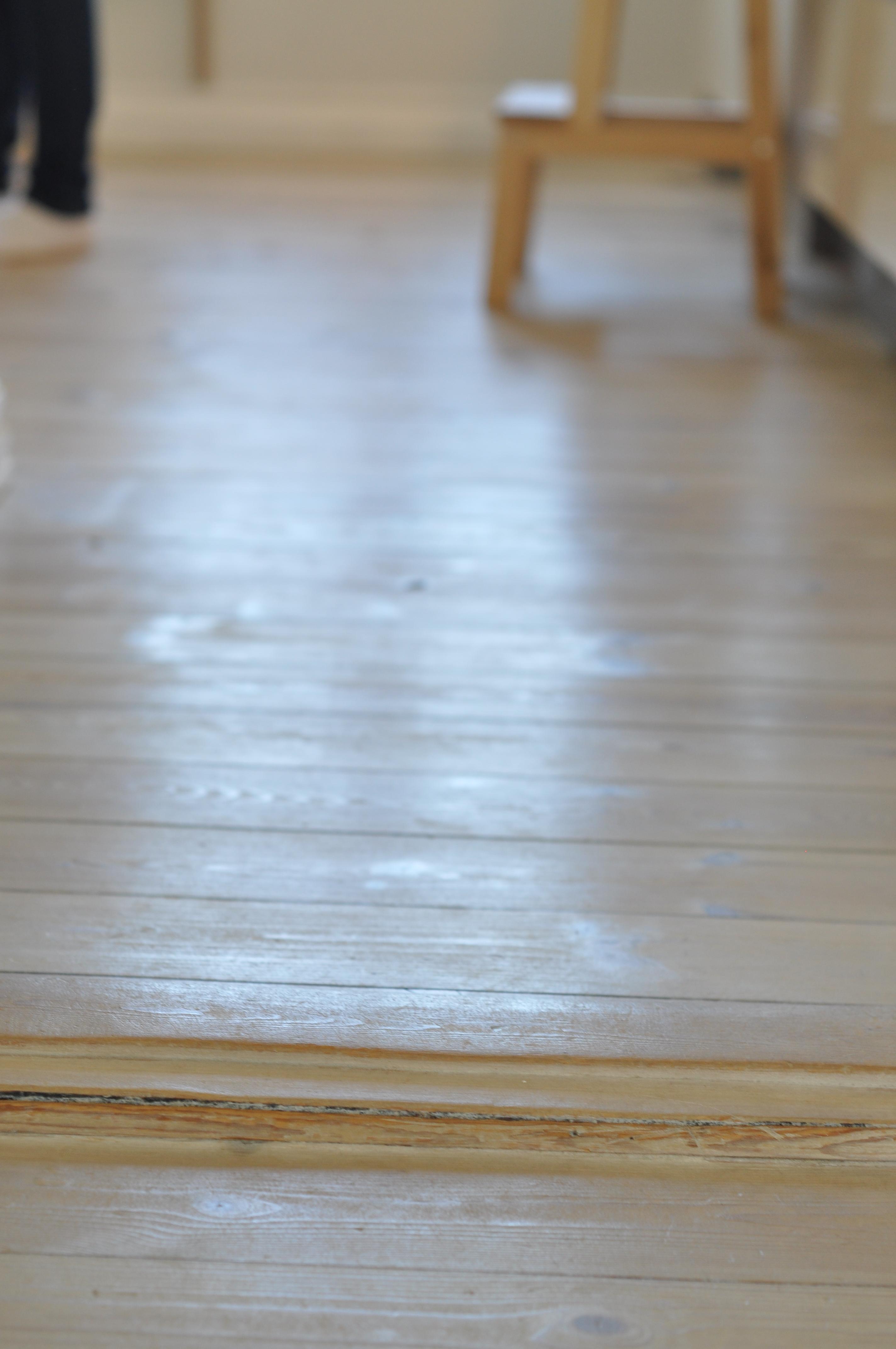 Gulve skal være specielt tilpasset til gulvvarmen, da man ellers risikerer at trægulvet svinder ind.