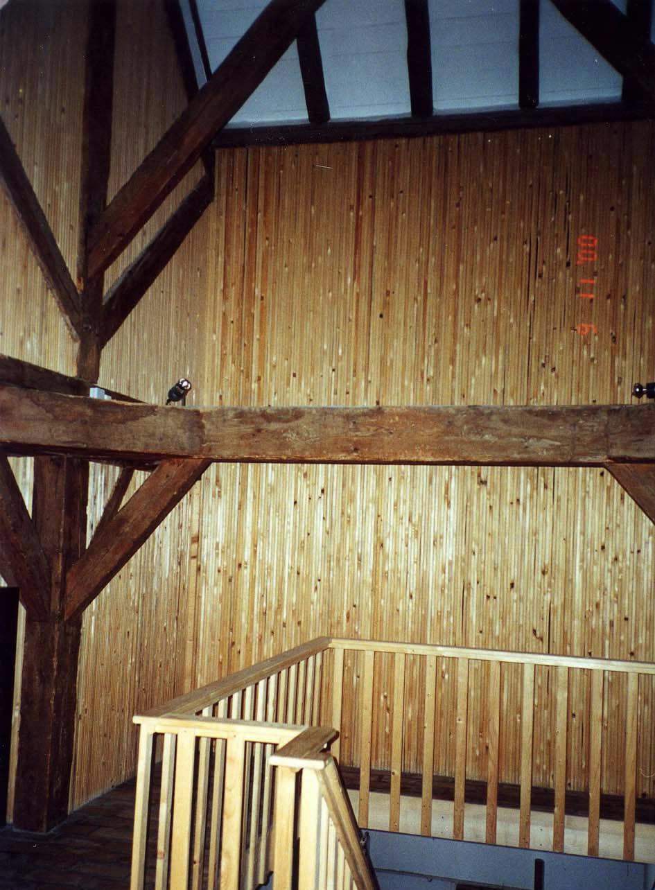 Massivtræelementer anvendt i kombination med tømmerkonstruktion. (Foto: Beboelse i Etoy nær Lausanne i Schweiz, hvor de massivtræelementer er indbygget i midten af 1980'erne.)