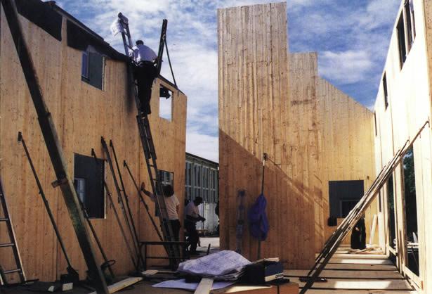 Massive træelementer opbygget som hushøje vægelementer af tre lag krysede brædder, som er sømmet sammen (Kilde: Jensen, Træ og Industri nr. 9, 1998)