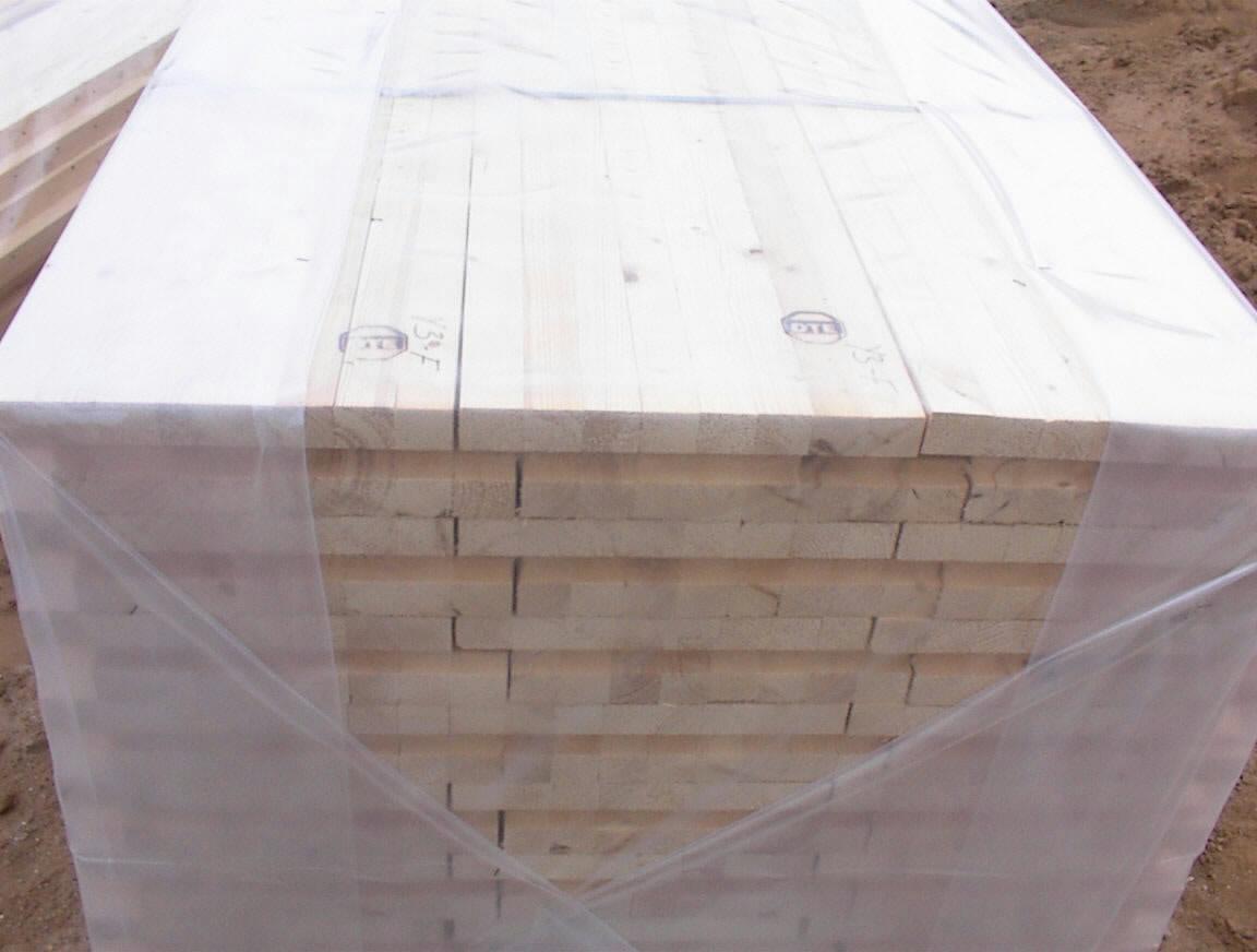 Massive træelementer beskyttes mod skadelig fugtpåvirkning ved hjælp af plastfolie fra fabrik.
