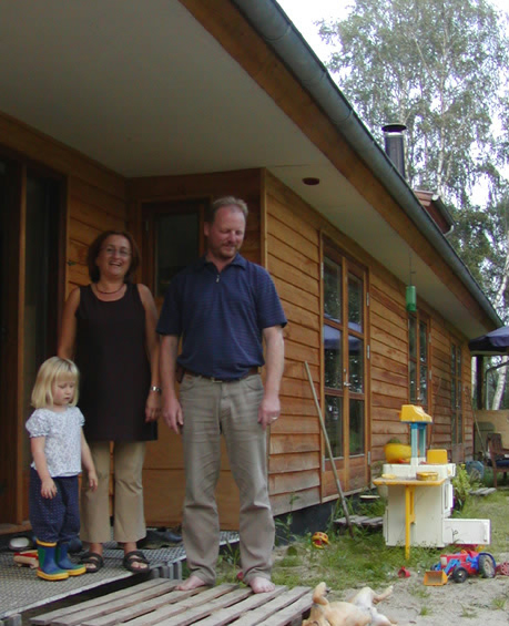 Her står familie foran huset.