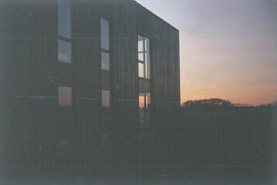 Facade med de karakteristiske høje vinduer. (Foto: Thomas Mølvig)