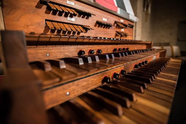 Orgel klaveatur. Et smukt og fantastisk stykke arbejde af en Jobbet som orgelbygger.