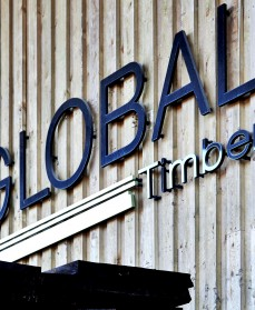 Global Timber logo på trævæg