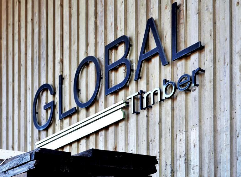 Global Timber logo på trævæg