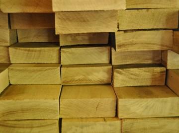 Træplanker i stak