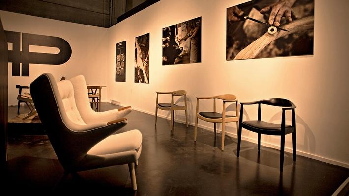 En møbelsnedker er uddannet til at producere træmøbler, fx stole.