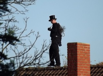 Skorstensfejeren på taget - røgtjek
