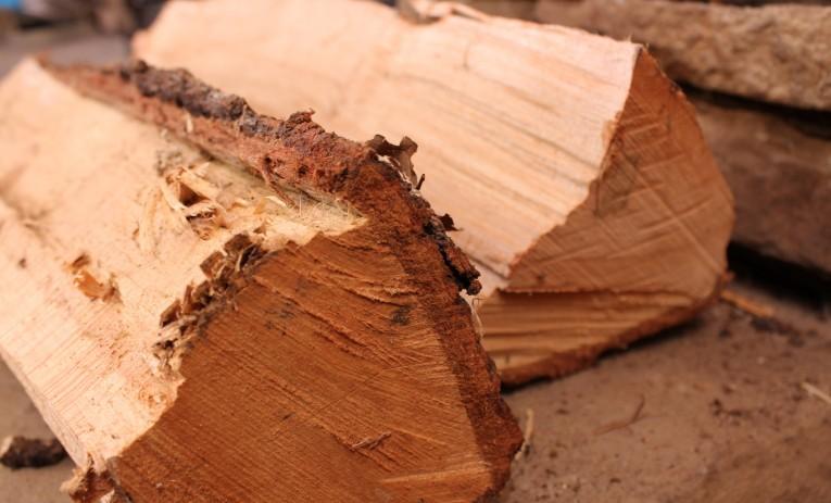 Kløvet brænde af løvtræ