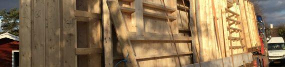 Træhus ankommer på blokvogn
