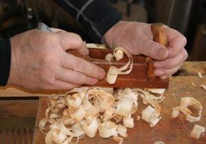 På Træmuseet kan man bl.a. se håndværket udføres.